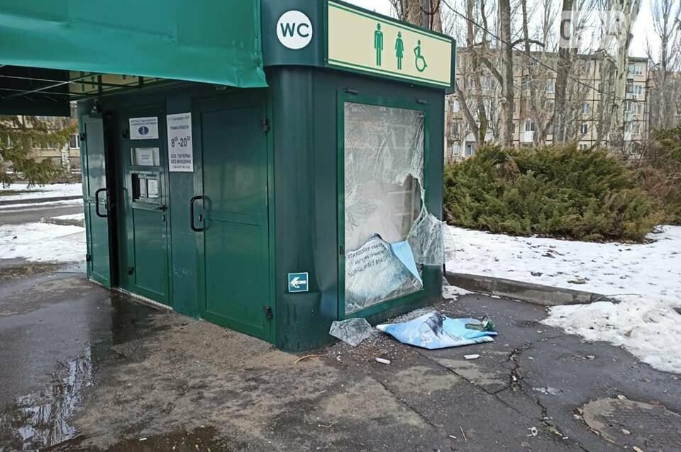 В Кривом Роге ночью орудовали вандалы: разбит туалет и скамейка, - ФОТО , фото-1