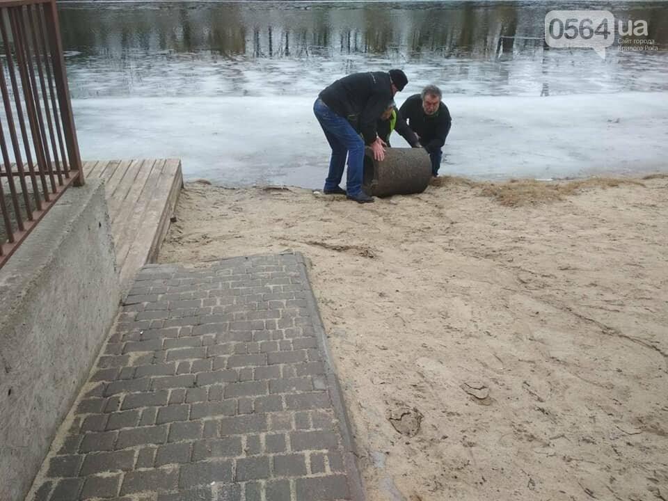 Выбросили 14 урн в реку, сожгли камыш, разобрали тротуарную плитку: в криворожском парке орудовали вандалы, - ФОТО , фото-16