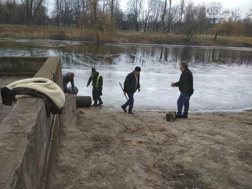 Выбросили 14 урн в реку, сожгли камыш, разобрали тротуарную плитку: в криворожском парке орудовали вандалы, - ФОТО , фото-17