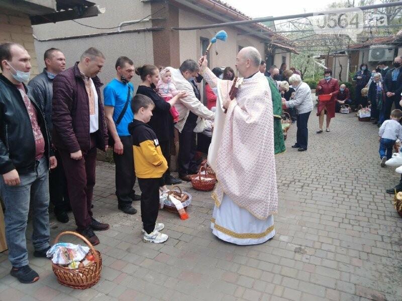 В храмах Кривого Рога провели праздничные богослужения и освятили пасхальные корзины,  - ФОТО, ВИДЕО, фото-1