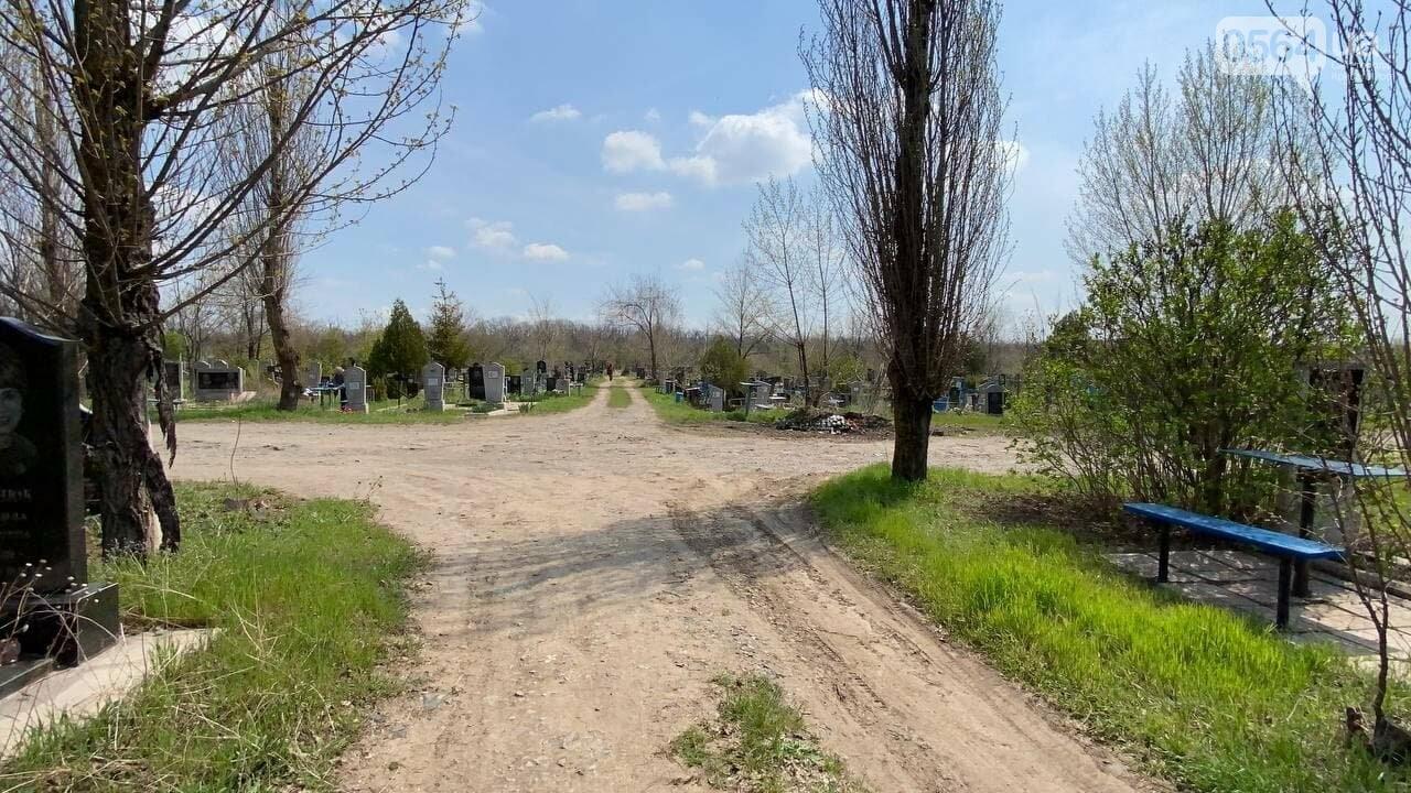 На криворожских кладбищах накануне поминальных дней в усиленном режиме работает спецтехника, - ФОТО, ВИДЕО , фото-2