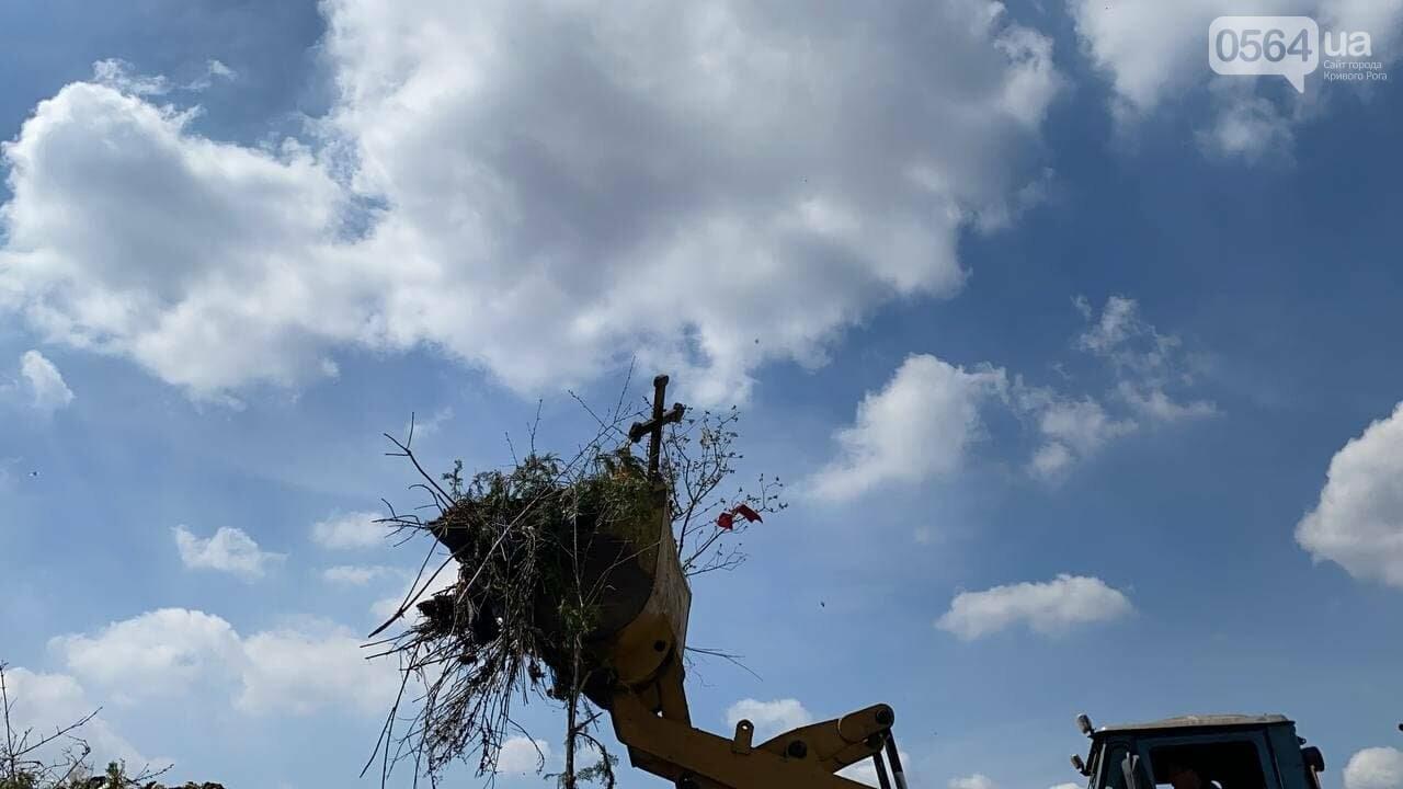 На криворожских кладбищах накануне поминальных дней в усиленном режиме работает спецтехника, - ФОТО, ВИДЕО , фото-36