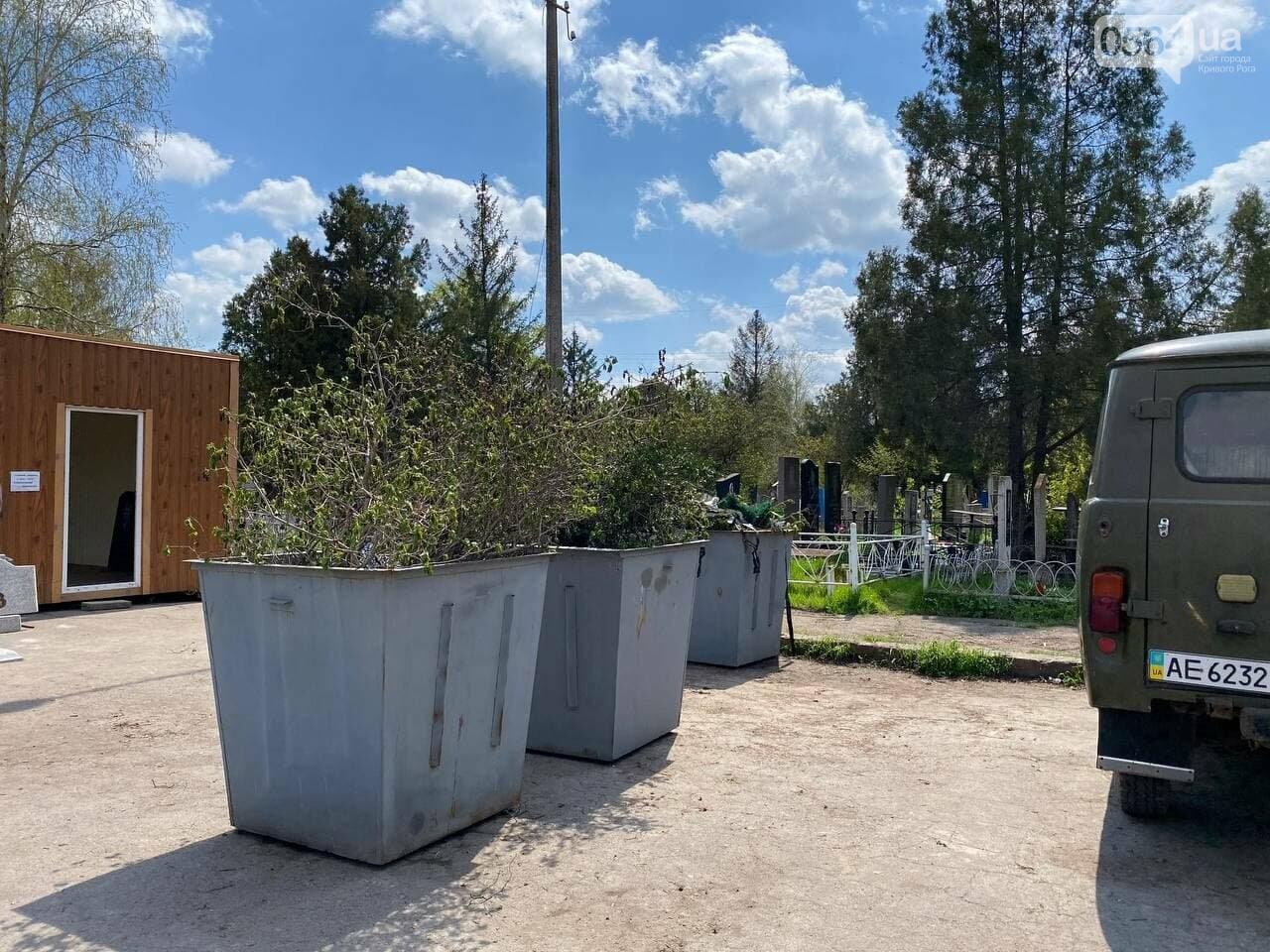 На криворожских кладбищах накануне поминальных дней в усиленном режиме работает спецтехника, - ФОТО, ВИДЕО , фото-31