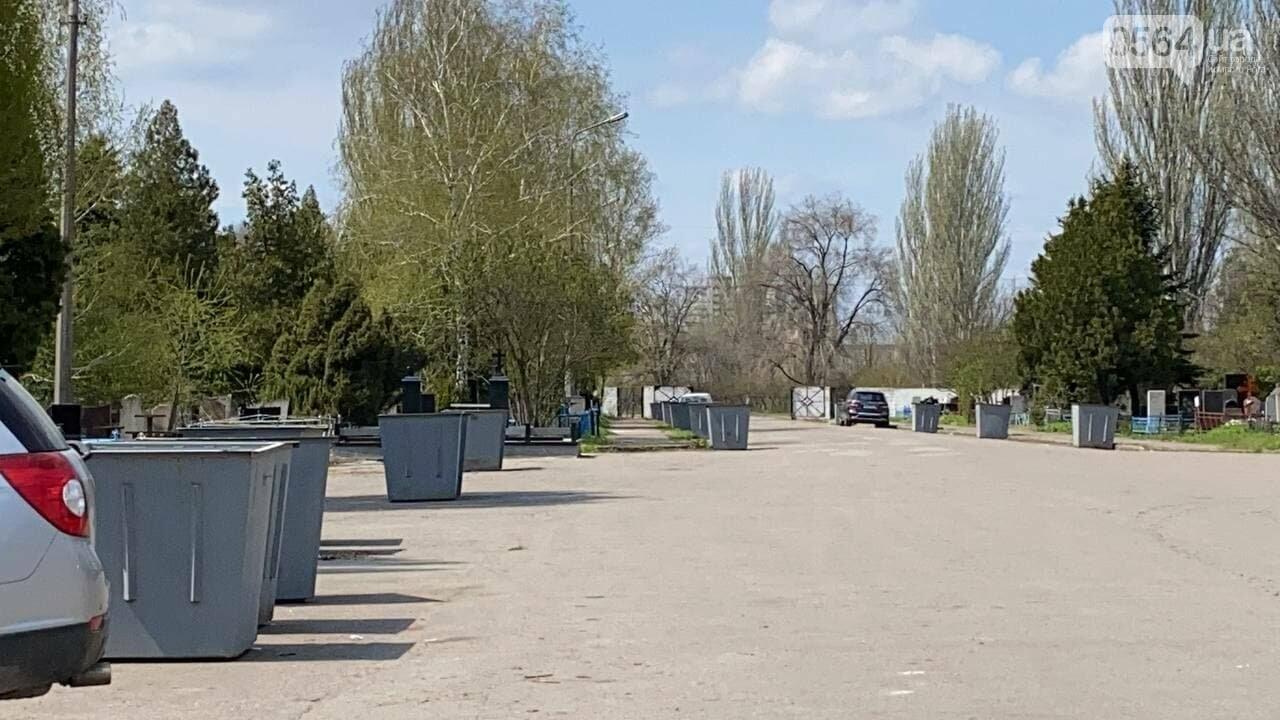 На криворожских кладбищах накануне поминальных дней в усиленном режиме работает спецтехника, - ФОТО, ВИДЕО , фото-30