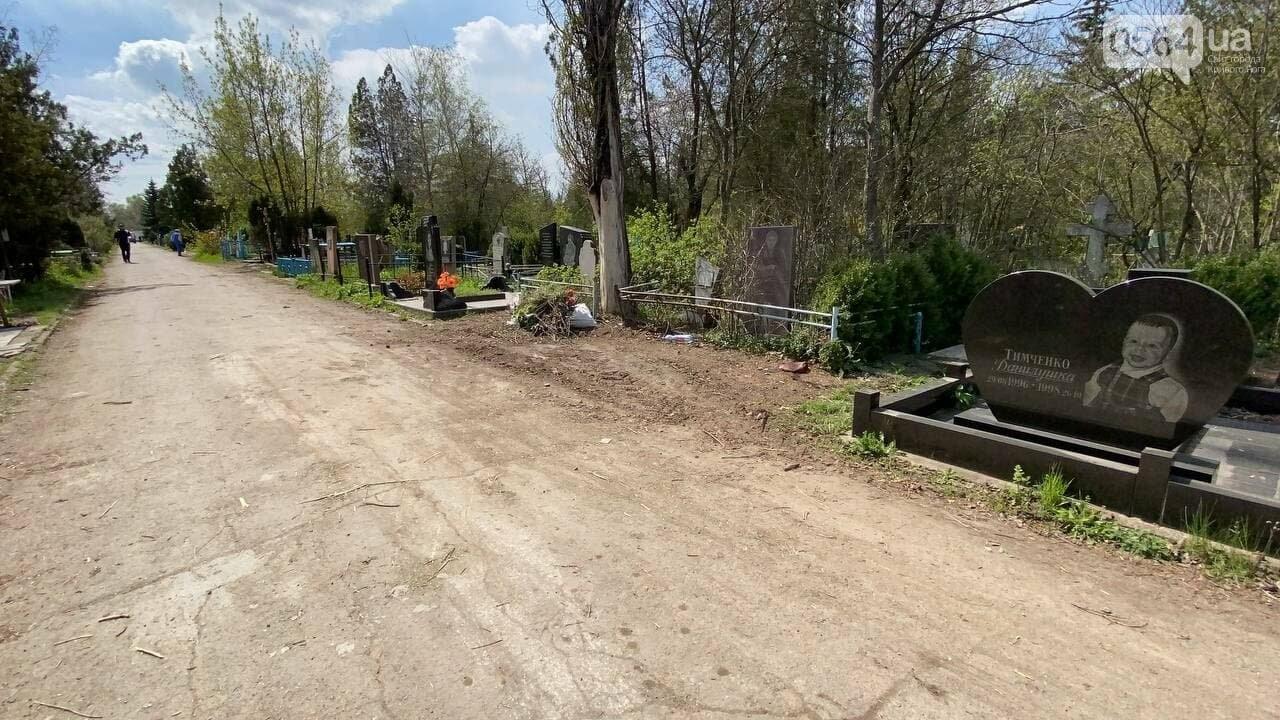 На криворожских кладбищах накануне поминальных дней в усиленном режиме работает спецтехника, - ФОТО, ВИДЕО , фото-26