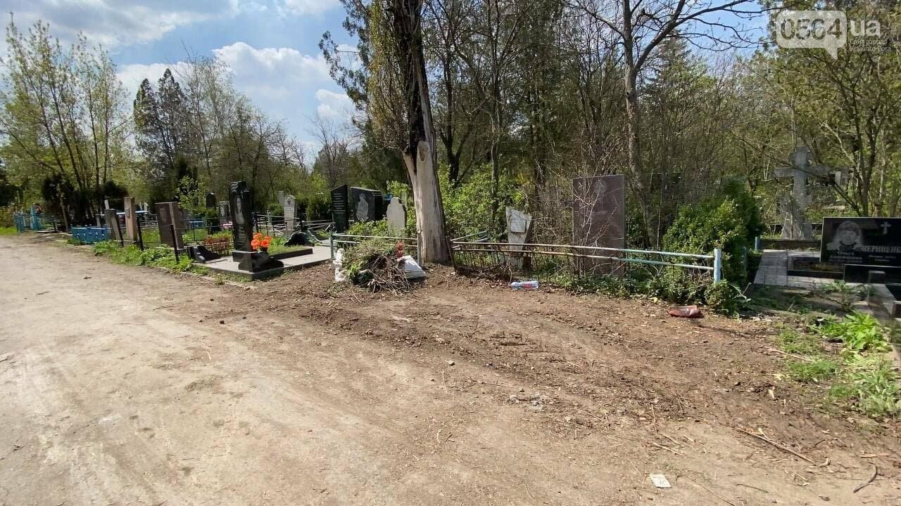 На криворожских кладбищах накануне поминальных дней в усиленном режиме работает спецтехника, - ФОТО, ВИДЕО , фото-25
