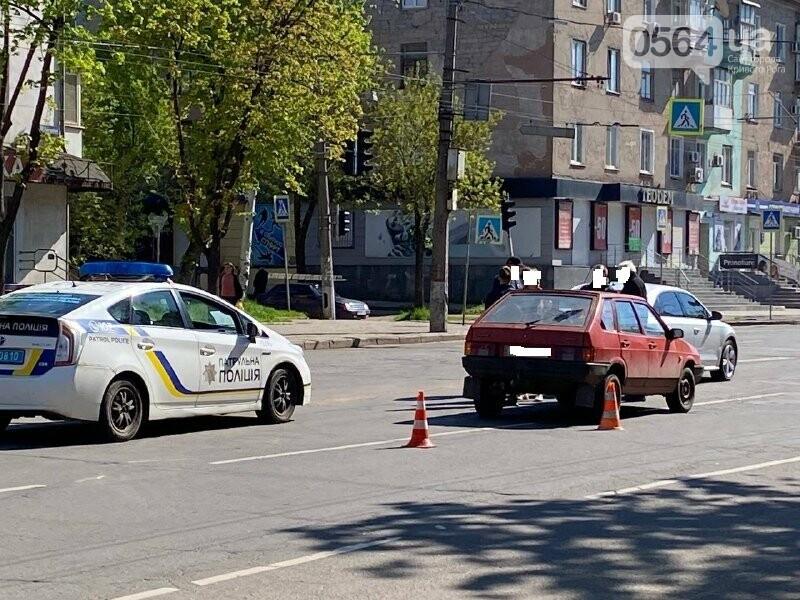 В центре Кривого Рога не поделили дорогу две легковушки, - ФОТО, фото-2