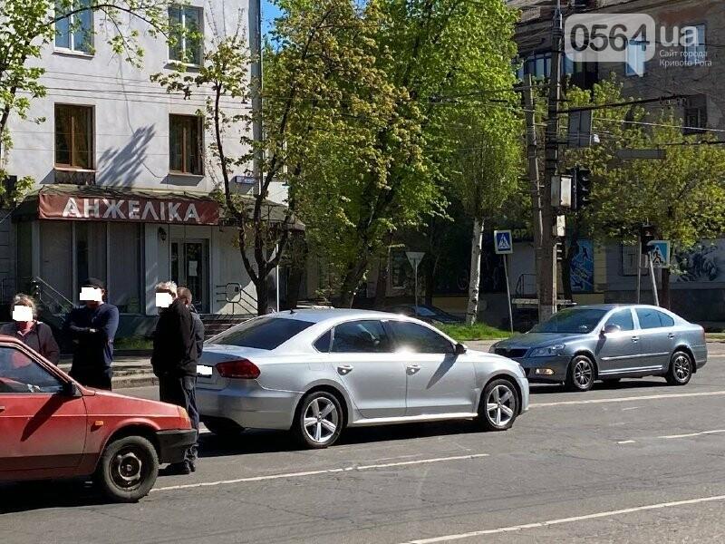 В центре Кривого Рога не поделили дорогу две легковушки, - ФОТО, фото-13