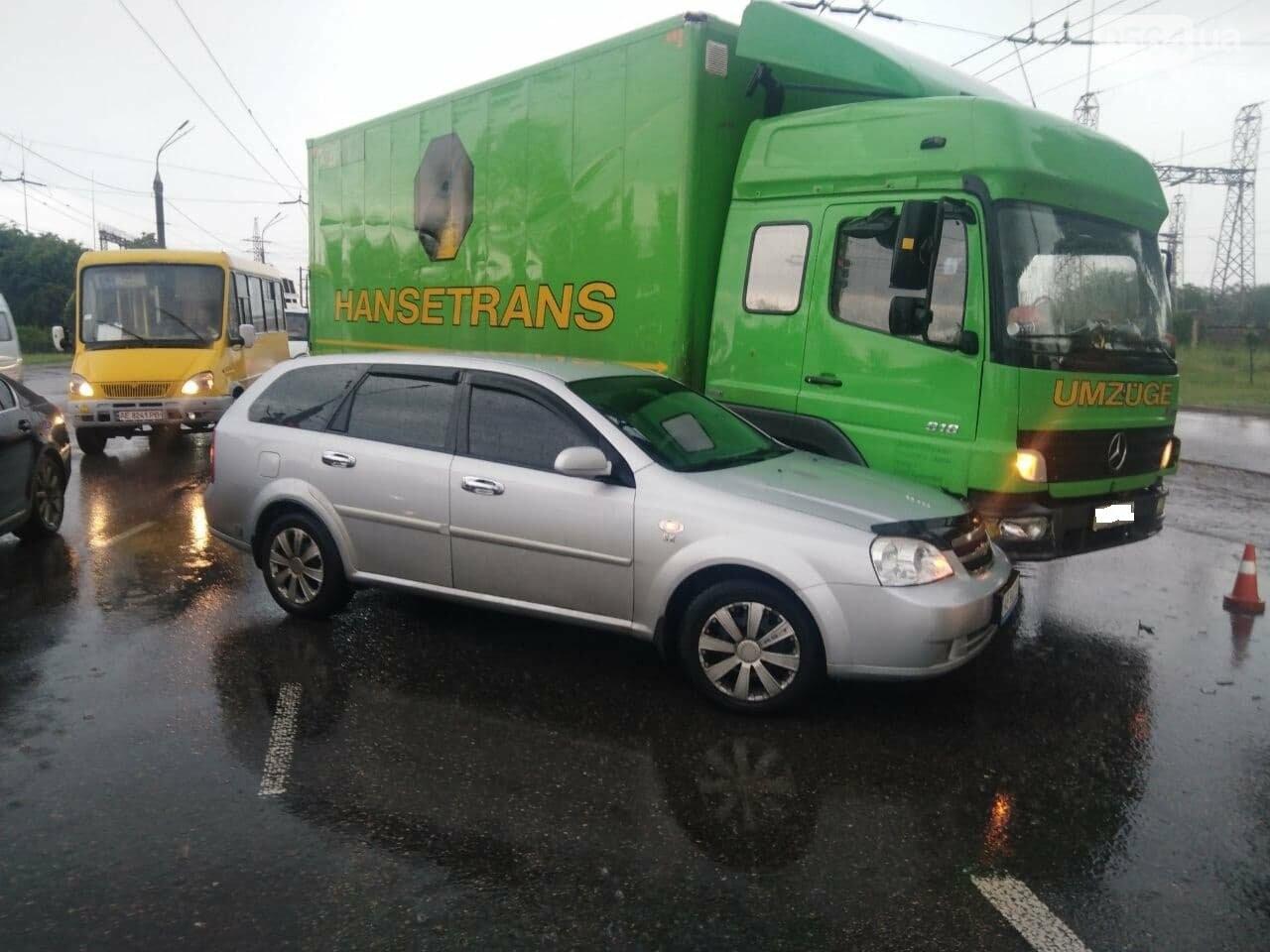 """На """"свадебном перекрёстке"""" в Кривом Роге столкнулись Mercedes и Chevrolet, - ФОТО, фото-1"""