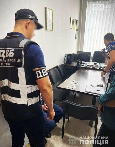"""Криворожанину, который пытался """"откупиться"""" от полицейских за 1000 долларов, грозит до 8 лет тюрьмы, - ФОТО, фото-1"""