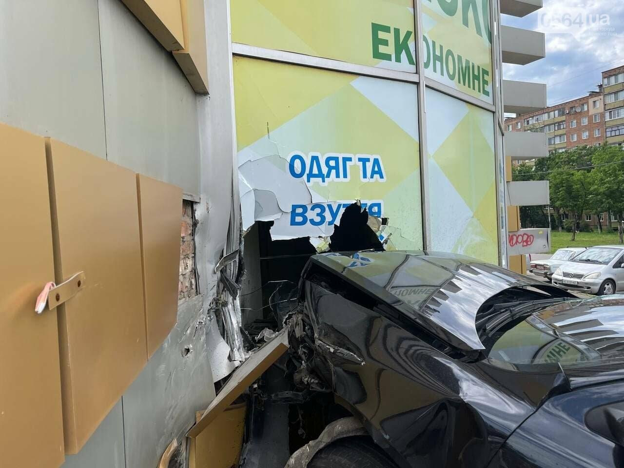 "В Кривом Роге ""Skoda"" влетела в секонд-хенд, - ФОТО, фото-11"