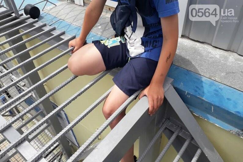 У мальчика на Днепропетровщине застряла нога на лестнице, на помощь пришли спасатели, - ФОТО, фото-1