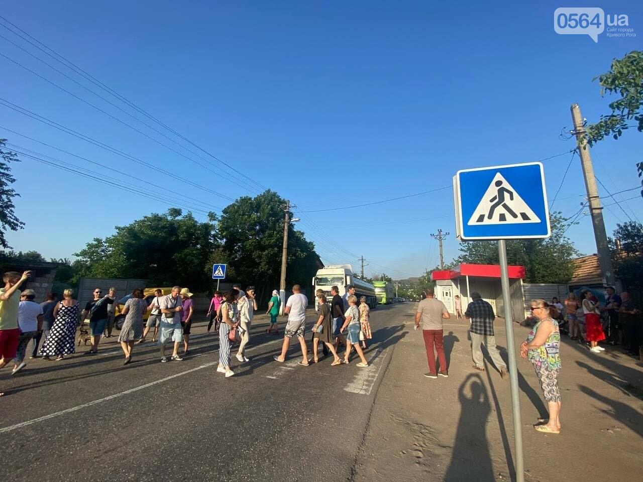 """""""Долой фуры!"""", """"Военные пропускаем!"""", - криворожане перекрыли проезжую часть для большегрузов, - ФОТО, ВИДЕО, фото-1"""