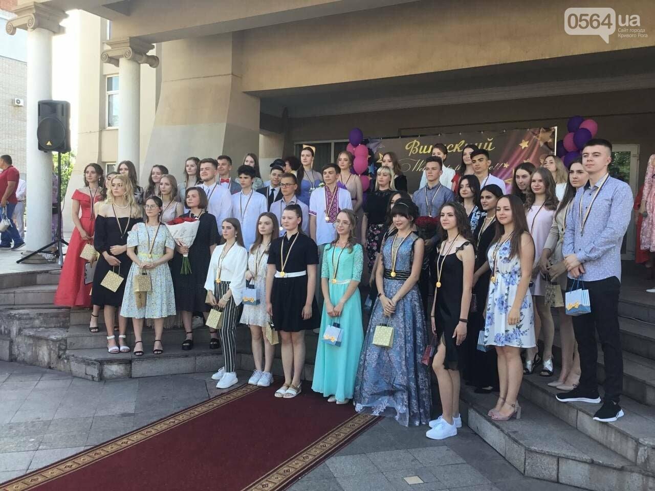 В Кривом Роге 3667 выпускников сегодня прощаются со своими alma mater, - ФОТО, фото-17