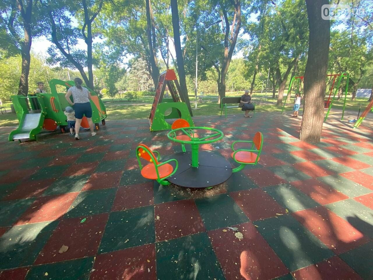 В Кривом Роге родители обсуждают безопасность новой детской площадки возле горисполкома, - ФОТО , фото-18