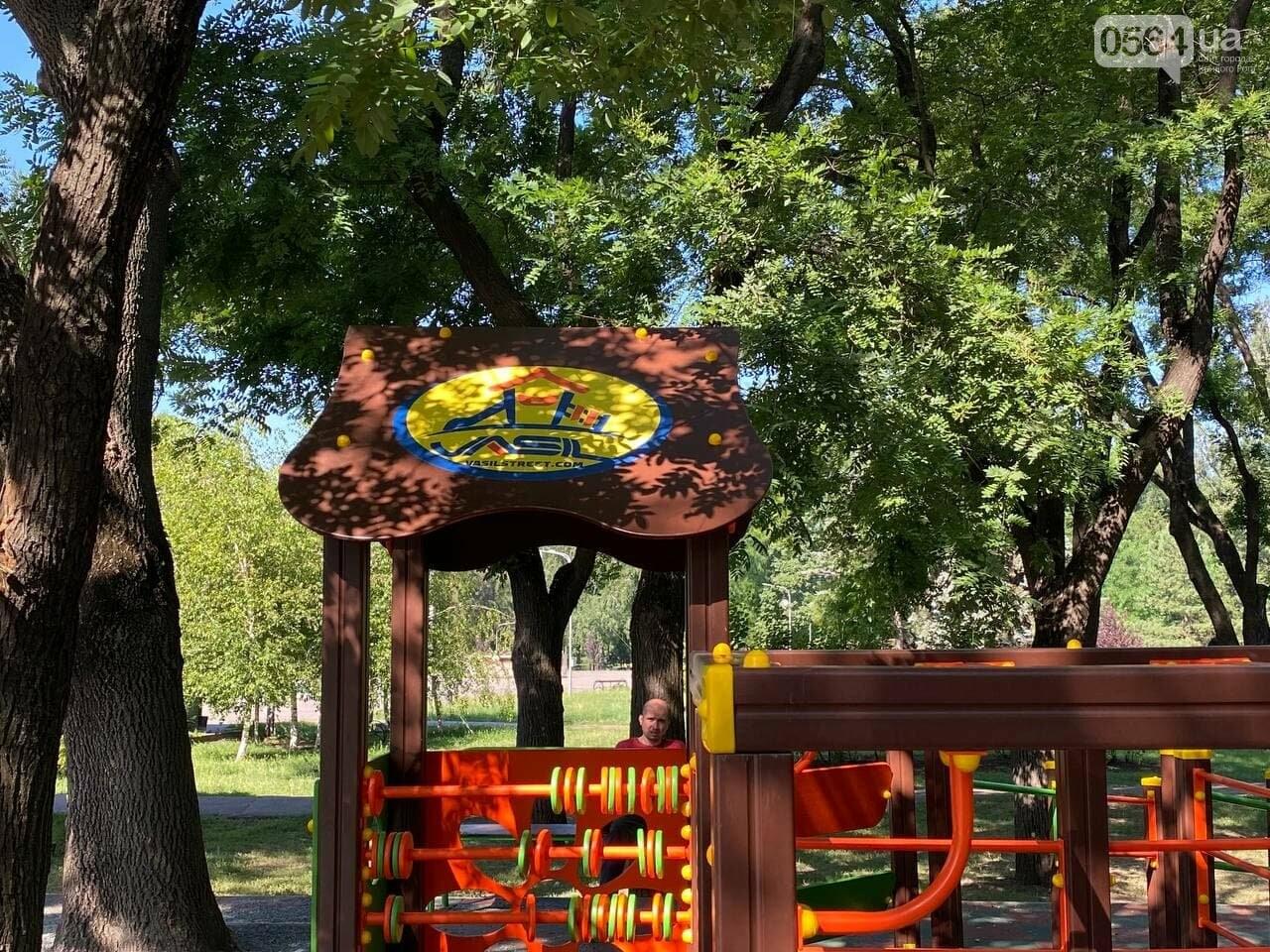 В Кривом Роге родители обсуждают безопасность новой детской площадки возле горисполкома, - ФОТО , фото-12