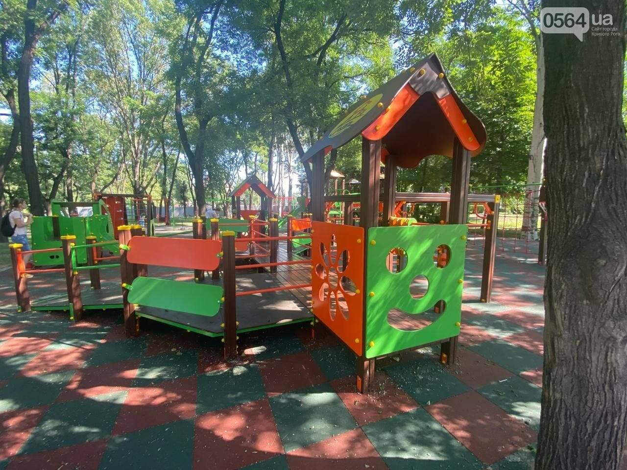В Кривом Роге родители обсуждают безопасность новой детской площадки возле горисполкома, - ФОТО , фото-4
