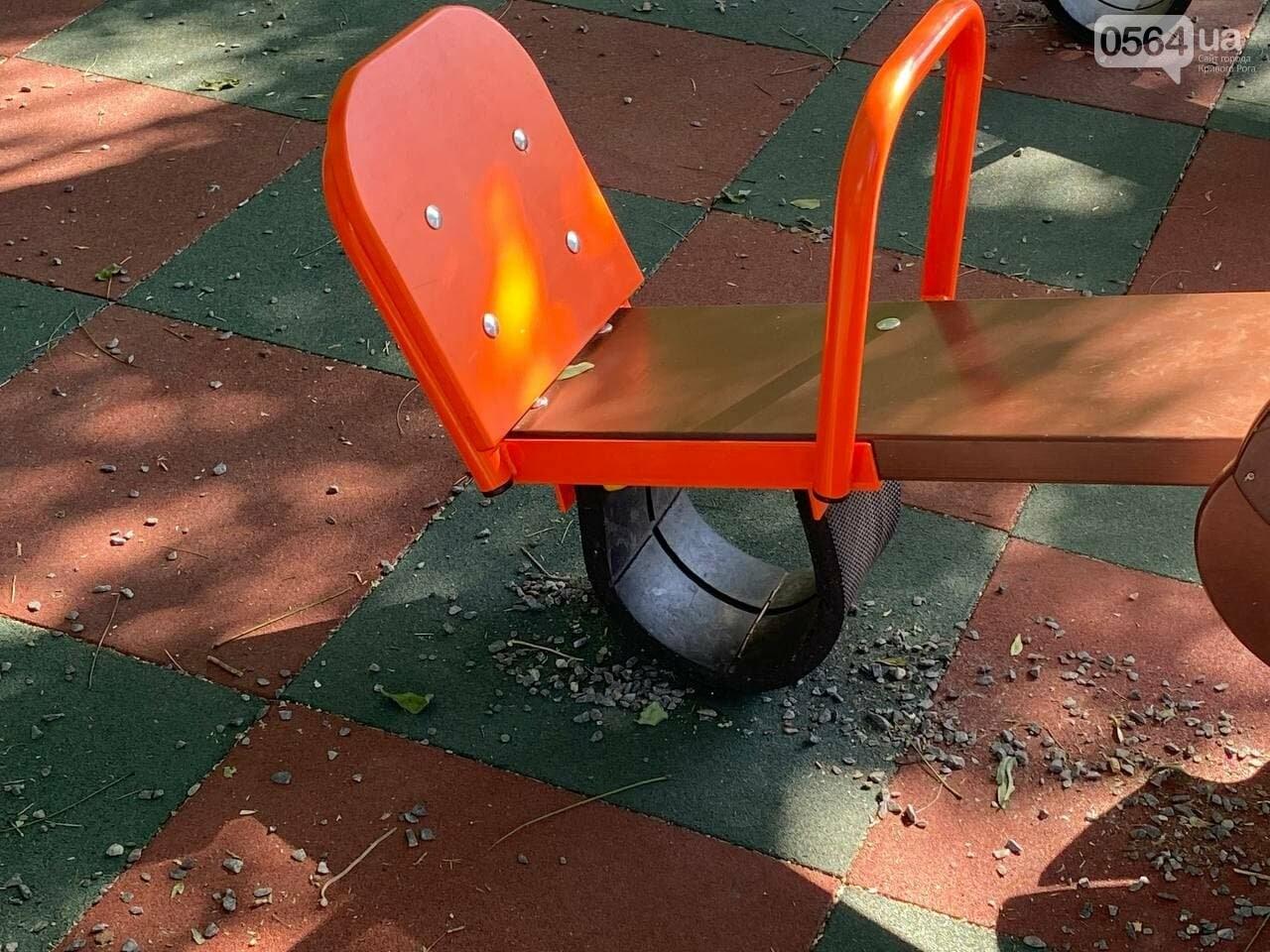 В Кривом Роге родители обсуждают безопасность новой детской площадки возле горисполкома, - ФОТО , фото-3