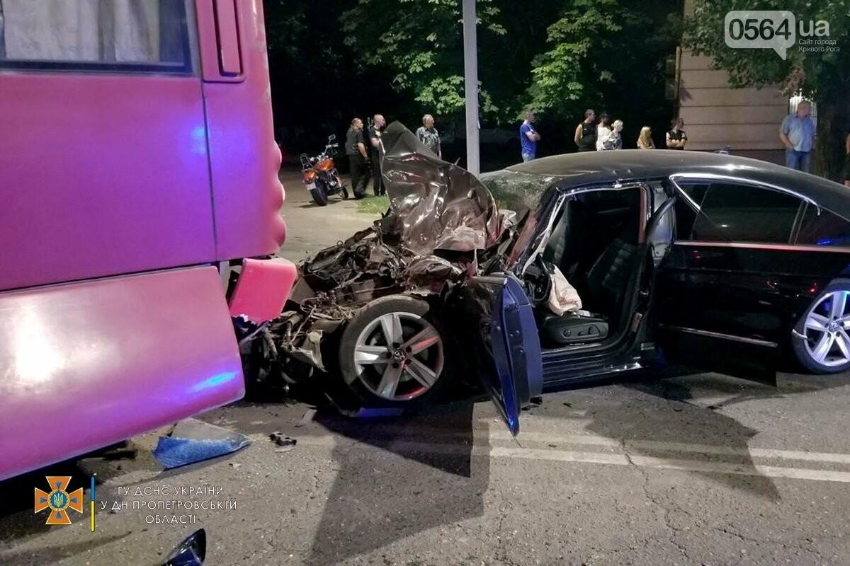 В Кривом Роге легковушка столкнулась с автобусом, пострадали 3 человека , - ФОТО, фото-1