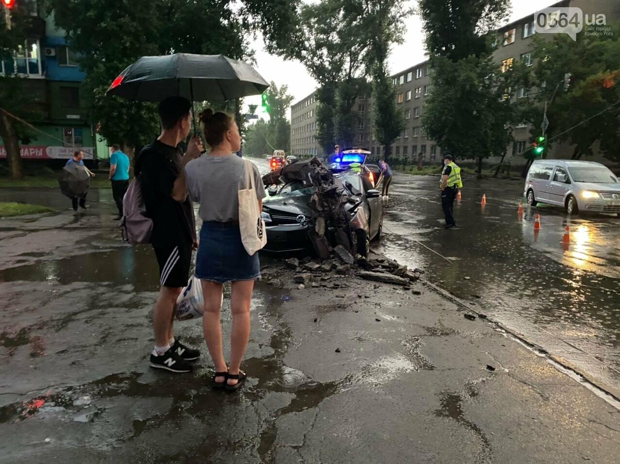 Во время дождя в Кривом Роге Volkswagen снес столб, - ФОТО, фото-4