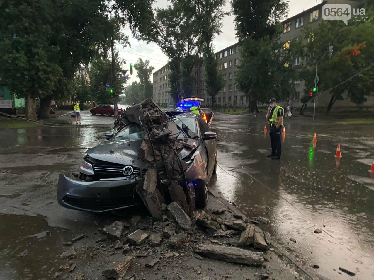 Во время дождя в Кривом Роге Volkswagen снес столб, - ФОТО, фото-3