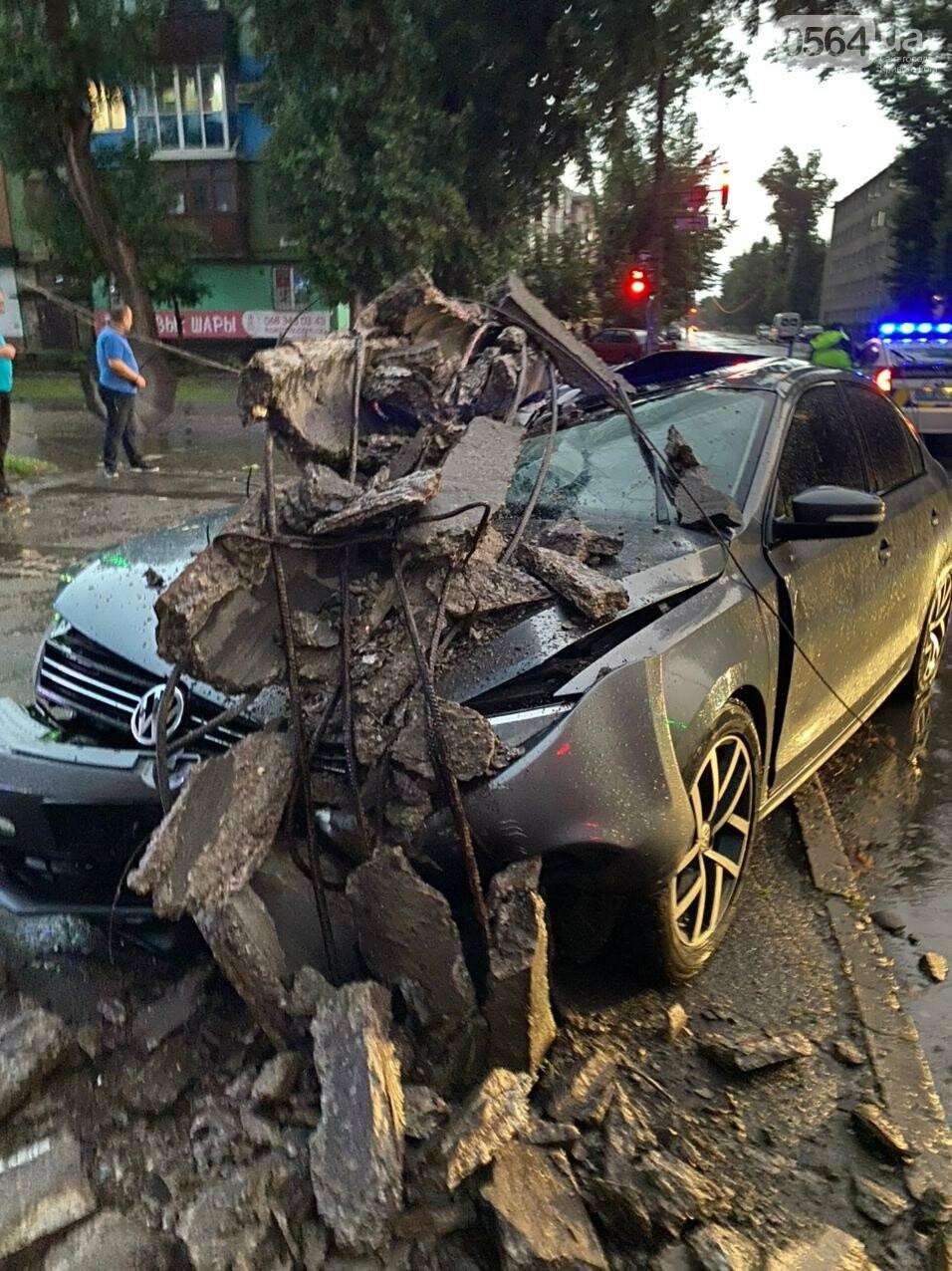 Во время дождя в Кривом Роге Volkswagen снес столб, - ФОТО, фото-1