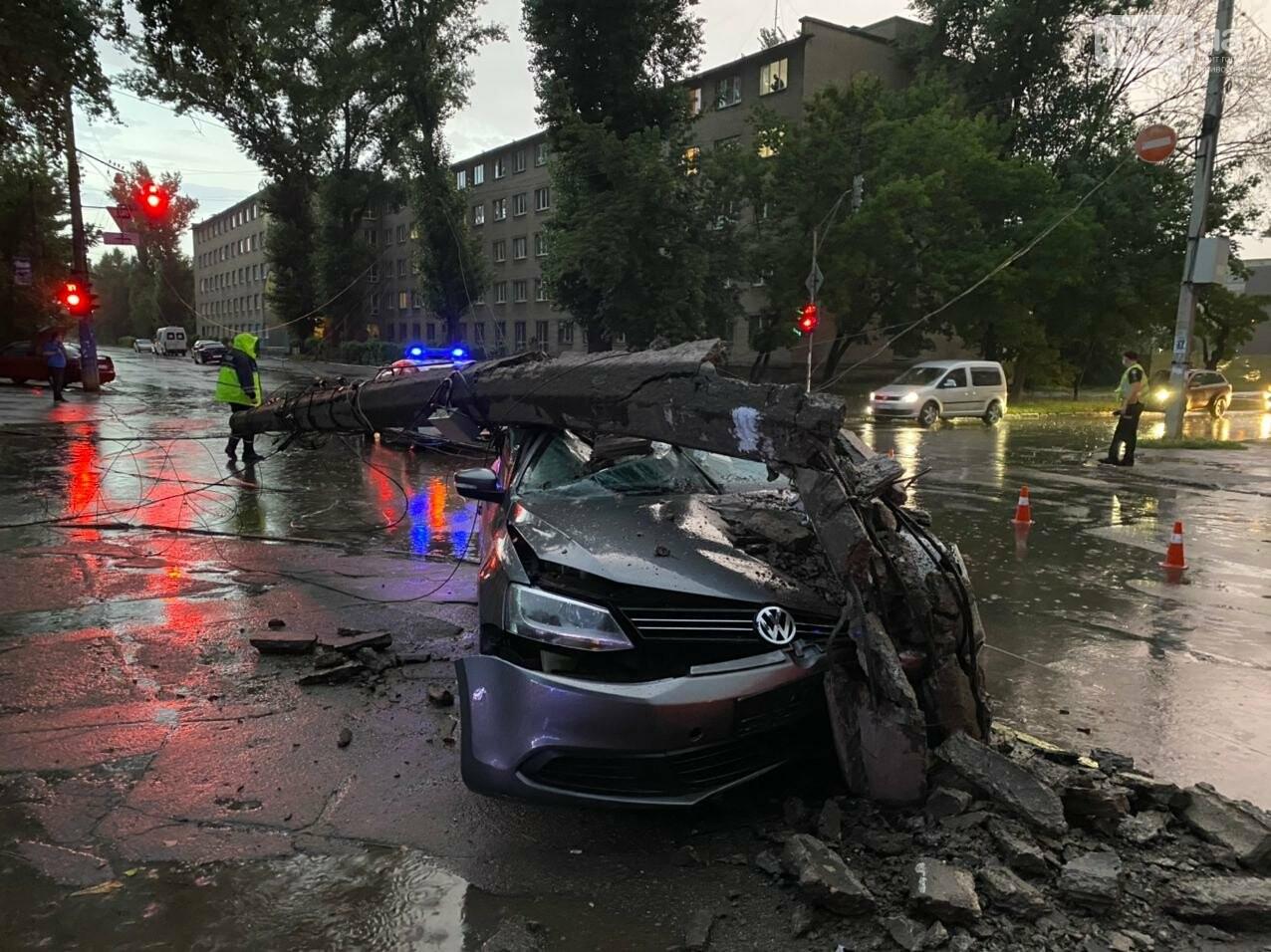 Во время дождя в Кривом Роге Volkswagen снес столб, - ФОТО, фото-5