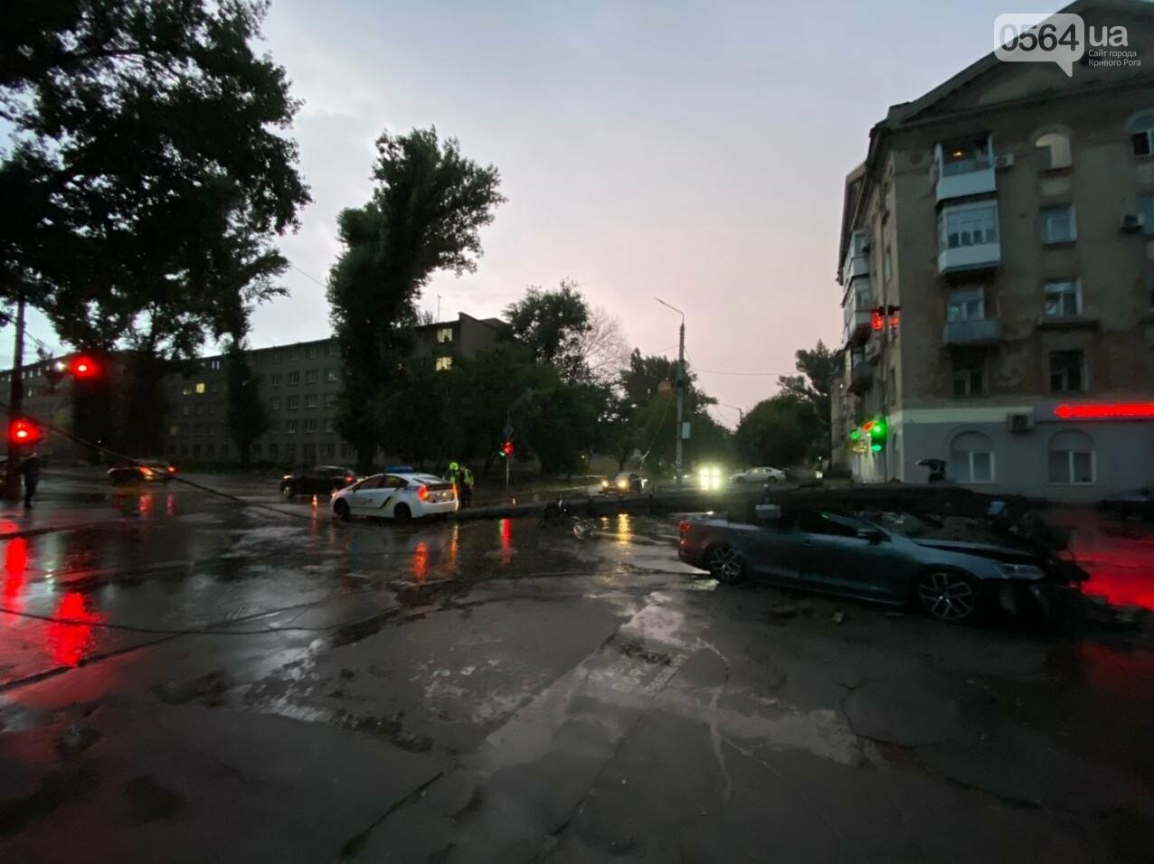 Во время дождя в Кривом Роге Volkswagen снес столб, - ФОТО, фото-11