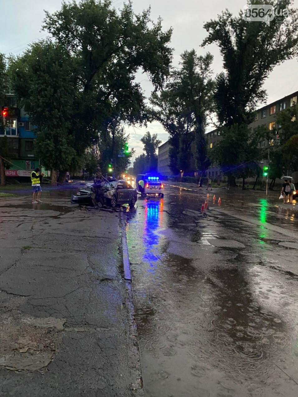 Во время дождя в Кривом Роге Volkswagen снес столб, - ФОТО, фото-7