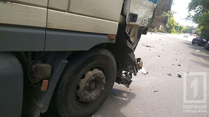 В результате столкновения двух фур в Кривом Роге пострадала девушка (ФОТО), фото-2
