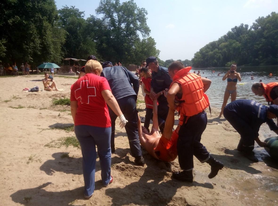 Полицейские и спасатели продемонстрировали криворожанам, как спасают жизнь утопающего (ФОТО), фото-7