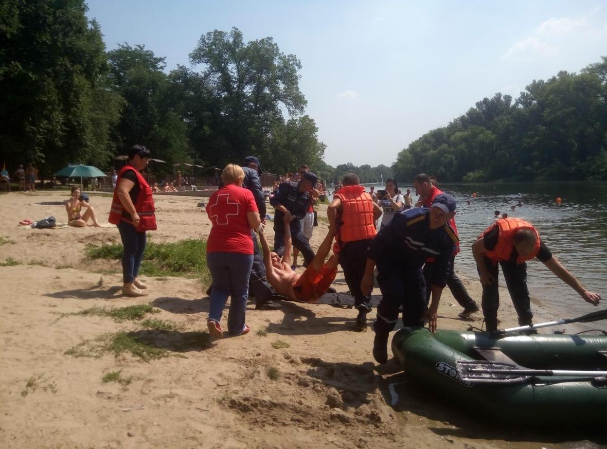 Полицейские и спасатели продемонстрировали криворожанам, как спасают жизнь утопающего (ФОТО), фото-4