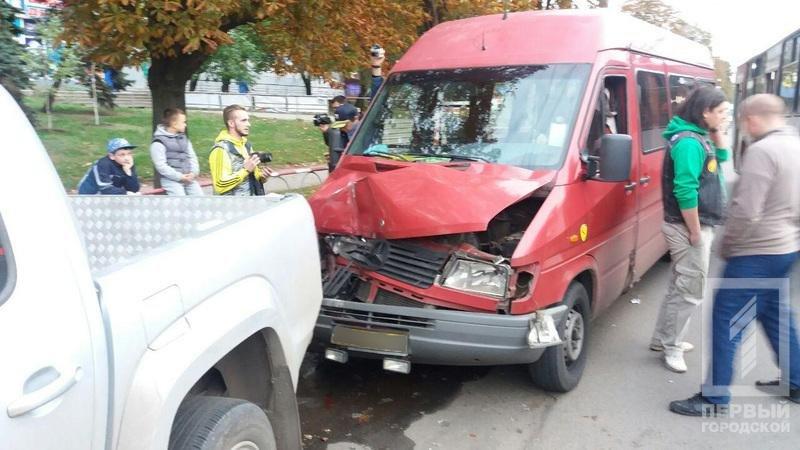 В Кривом Роге маршрутка с пассажирами врезалась в припаркованные автомобили (ФОТО), фото-5