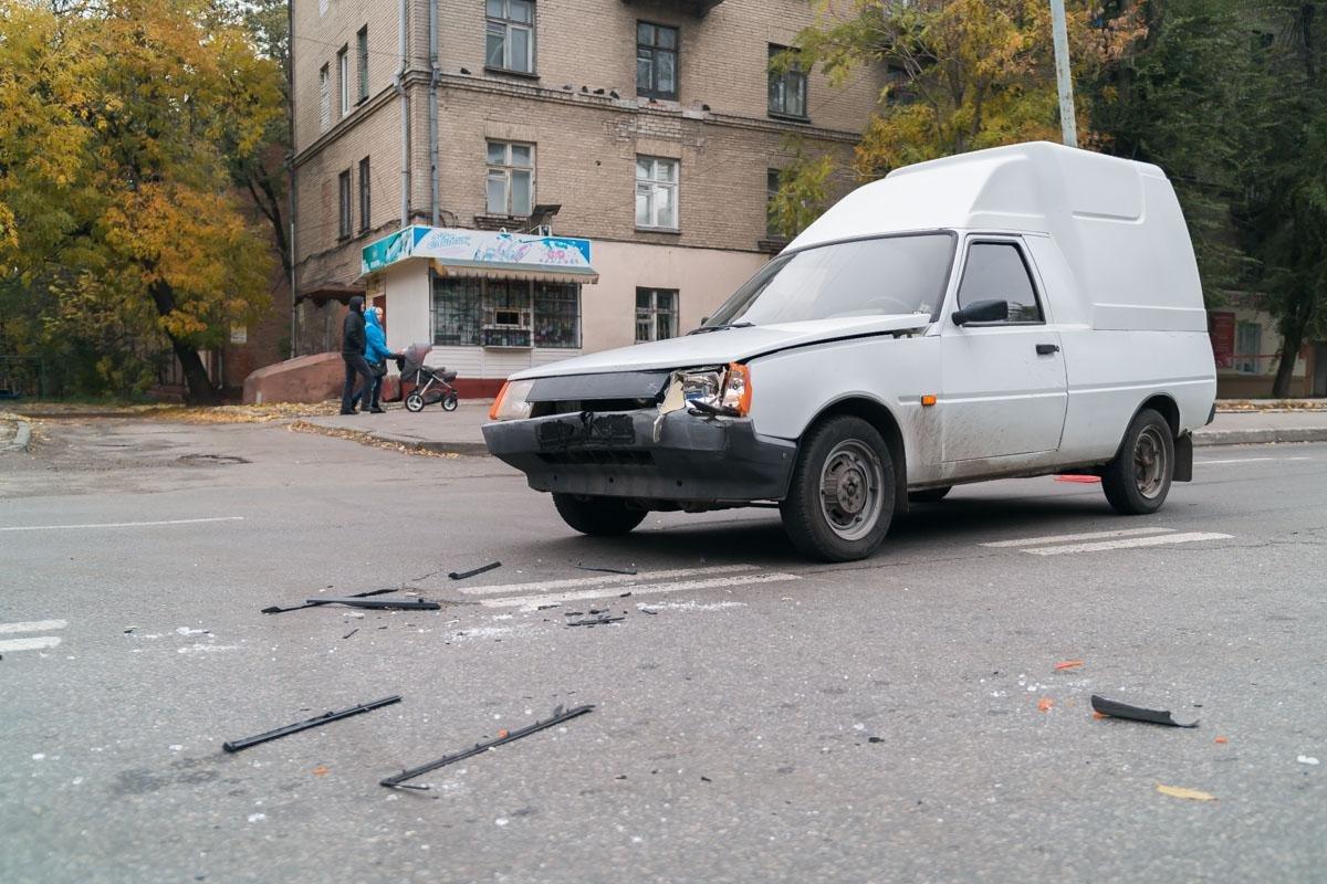 """Тройное ДТП на Криворожской: """"Hyundai"""" сбил три машины и влетел в стену (ФОТО), фото-1"""