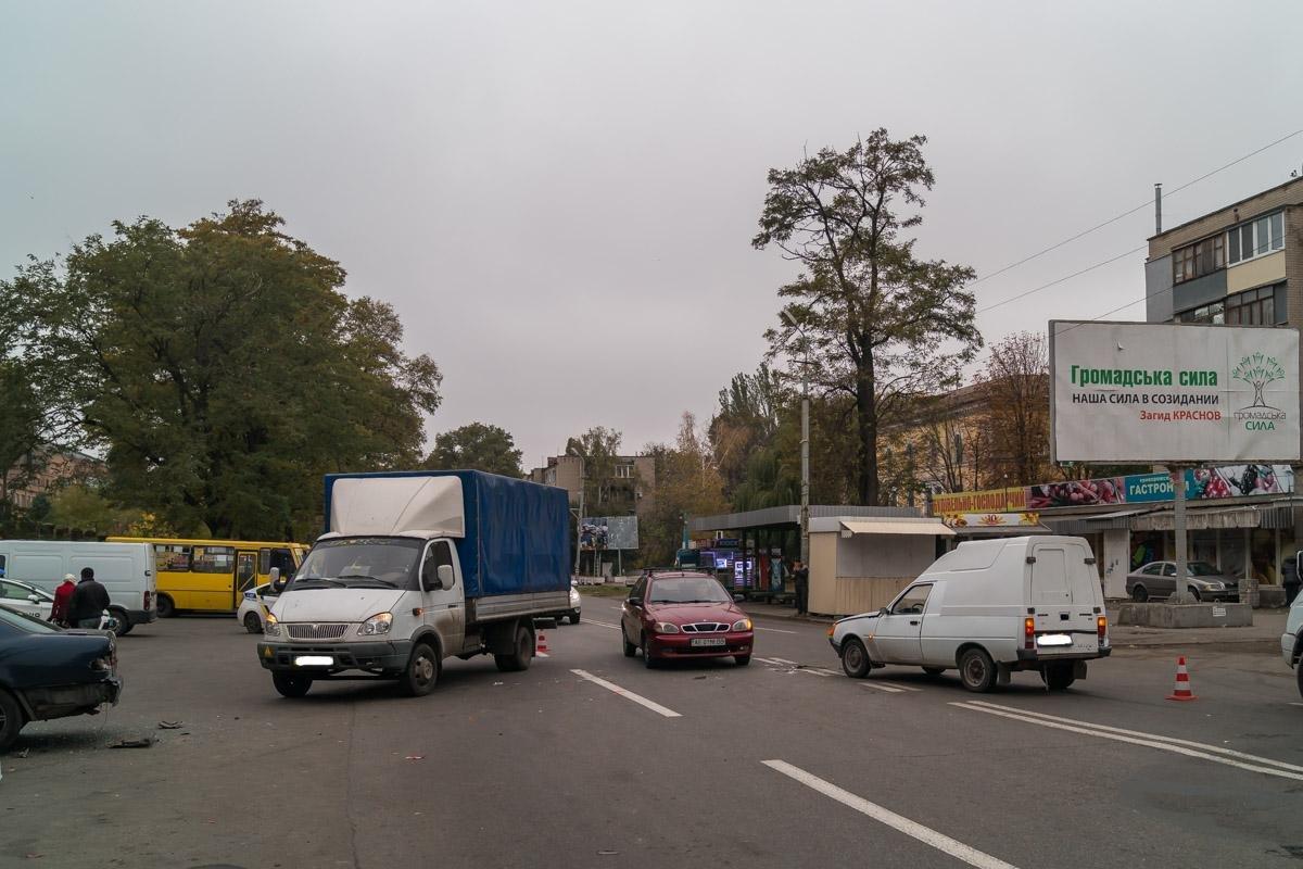 """Тройное ДТП на Криворожской: """"Hyundai"""" сбил три машины и влетел в стену (ФОТО), фото-3"""