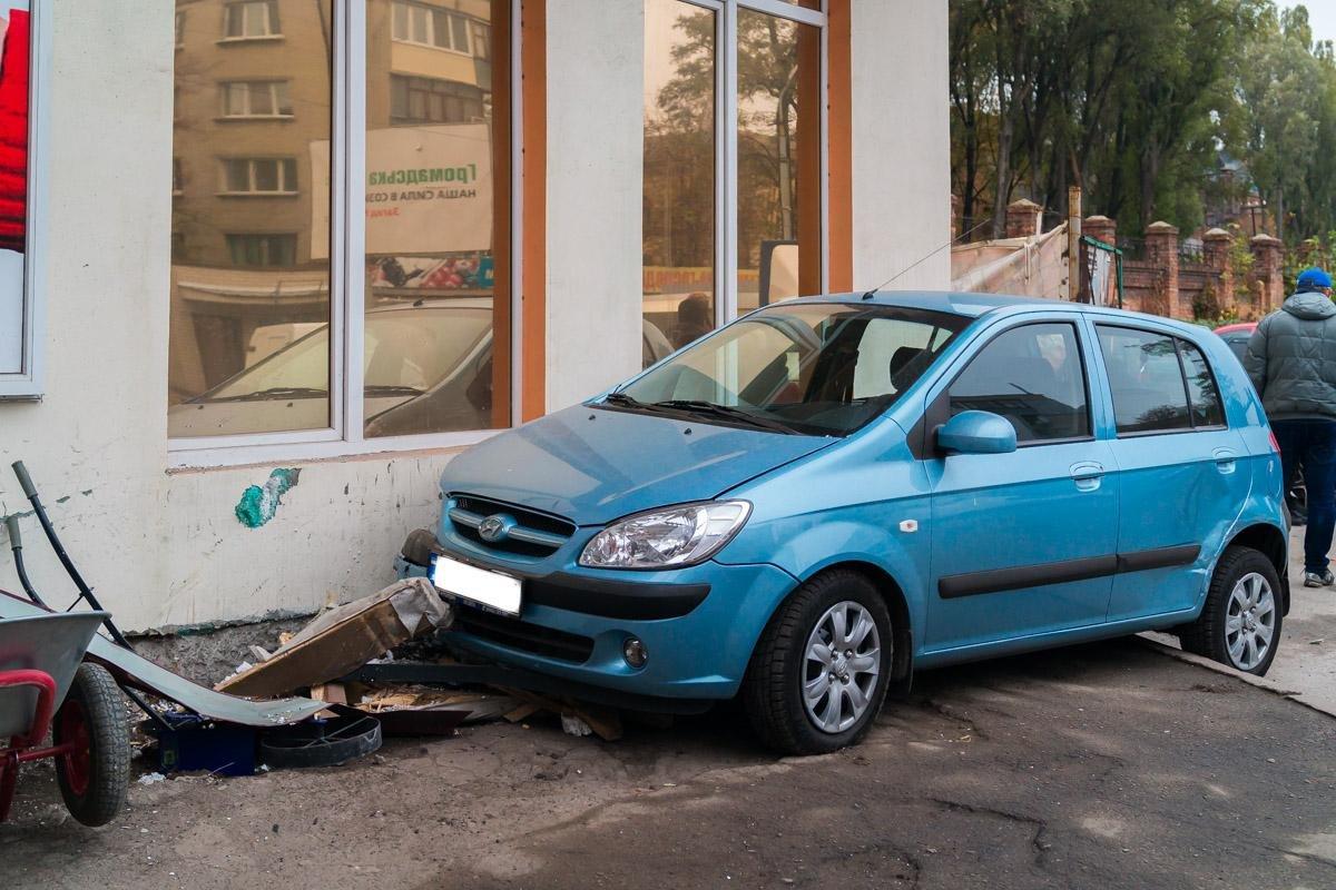 """Тройное ДТП на Криворожской: """"Hyundai"""" сбил три машины и влетел в стену (ФОТО), фото-2"""