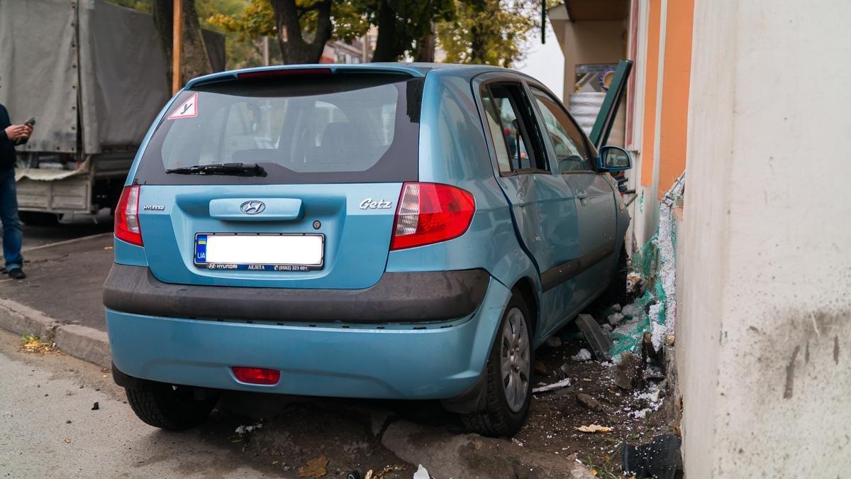 """Тройное ДТП на Криворожской: """"Hyundai"""" сбил три машины и влетел в стену (ФОТО), фото-4"""