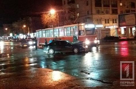 """В Кривом Роге трамвай смял иномарку, пытавшуюся """"проскочить"""" (ФОТО), фото-3"""
