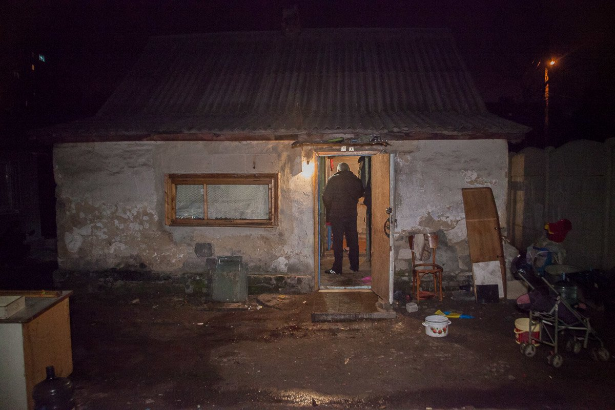 В Днепре на территорию частного дома ворвались неизвестные и открыли стрельбу по людям  (ФОТО 18+), фото-1