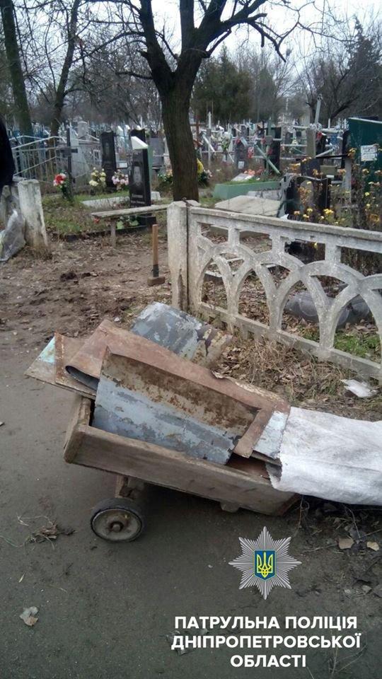 На Днепропетровщине на Рождество вандалы разбили могилы (ФОТО), фото-4
