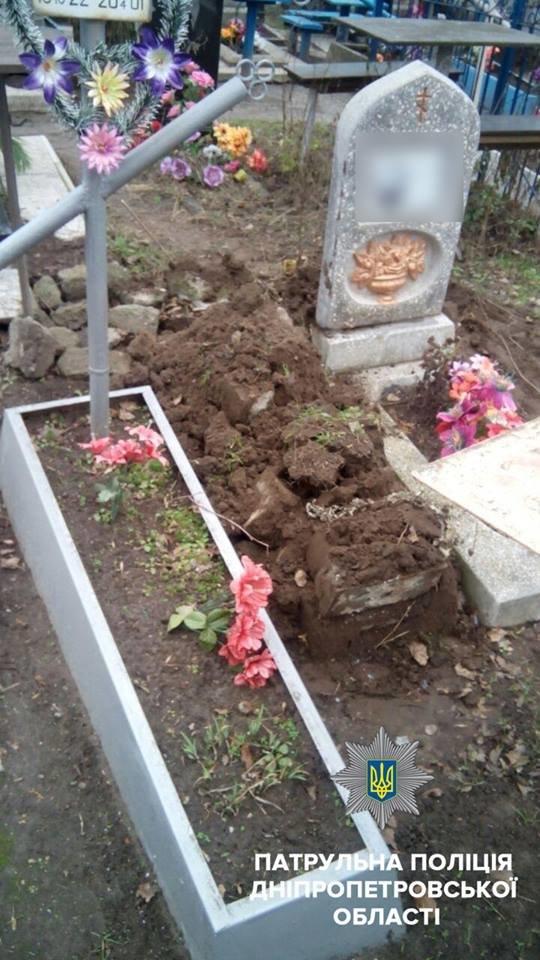 На Днепропетровщине на Рождество вандалы разбили могилы (ФОТО), фото-2
