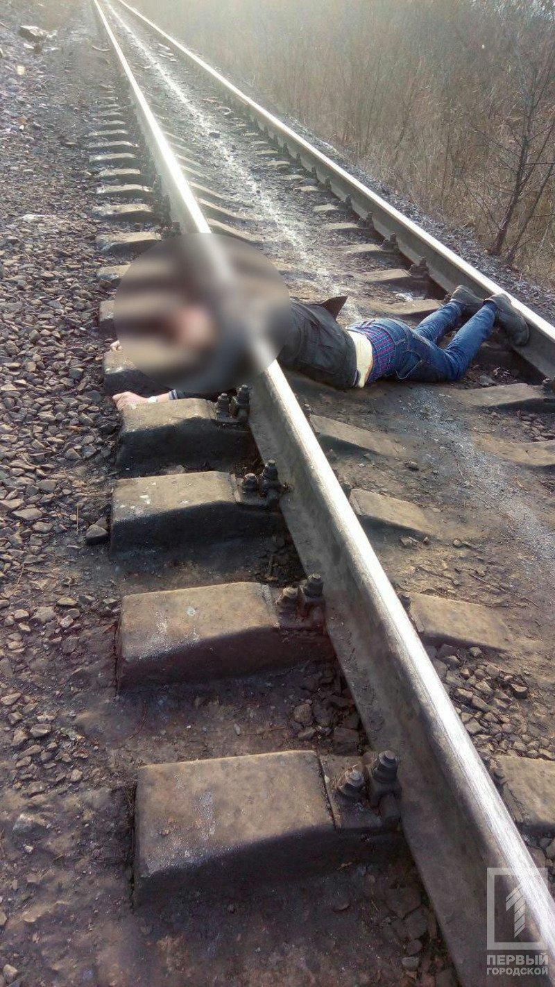 """В Кривом Роге: судят надругавшегося над флагом Украины, поезд переехал молодого парня, """"девятка"""" сбила женщину, фото-2"""
