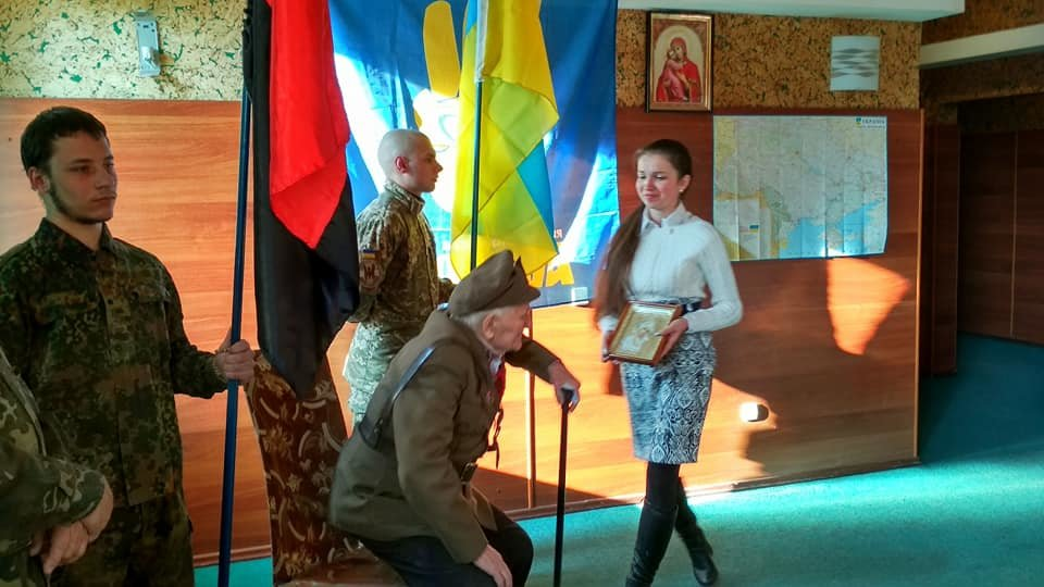 Повстанческую легенду Кривого Рога поздравили с юбилеем активисты и пластуны (ФОТО), фото-23