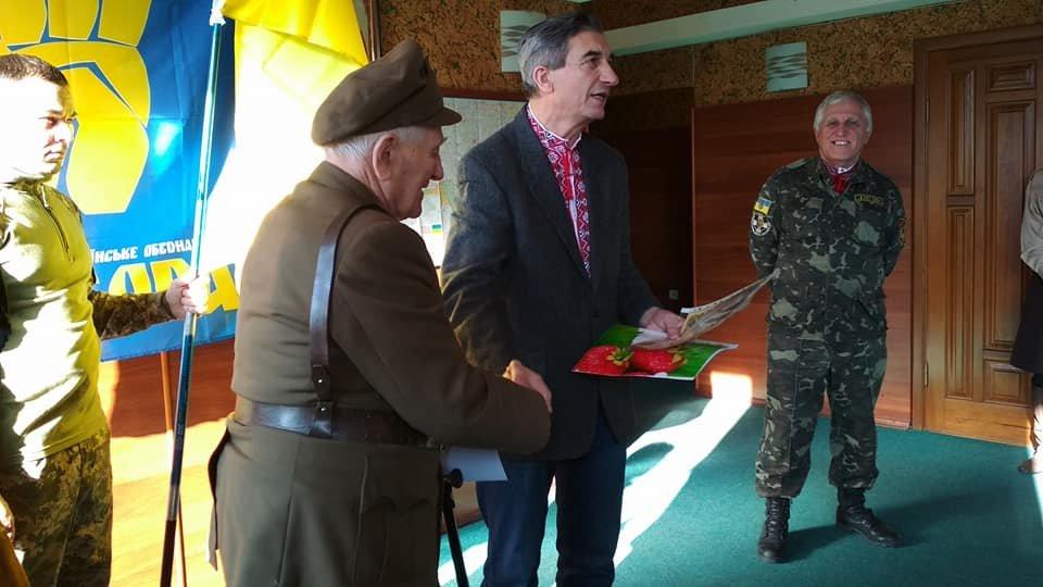 Повстанческую легенду Кривого Рога поздравили с юбилеем активисты и пластуны (ФОТО), фото-9