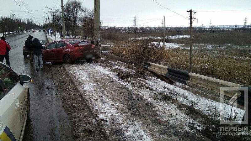 В Кривом Роге иномарка вылетела с дороги в кювет и врезалась в столб (ФОТО), фото-2