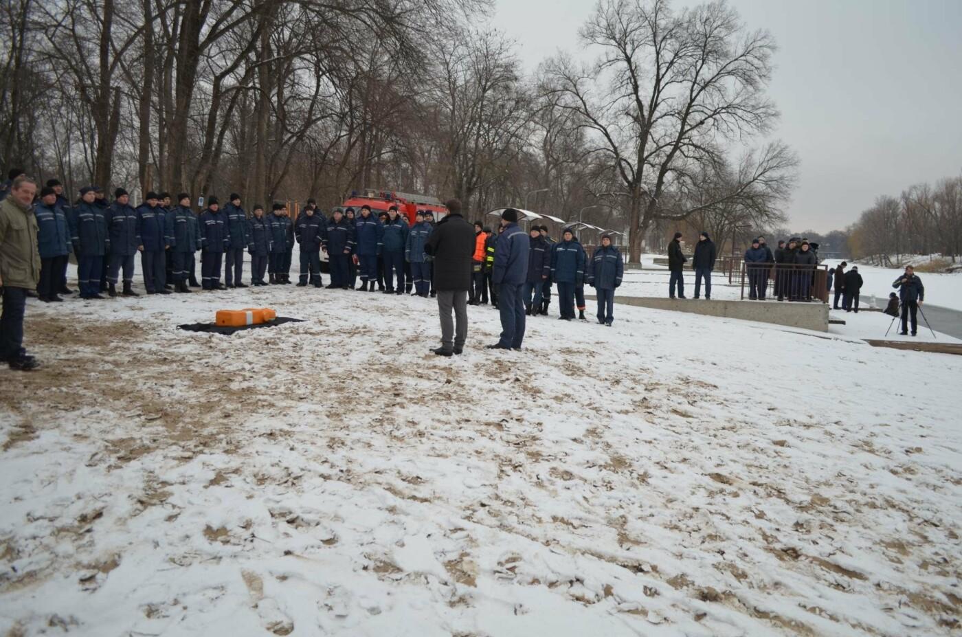 В Кривом Роге спасатели готовились к Крещению и учились доставать из ледяной воды утопающих (ФОТО), фото-8