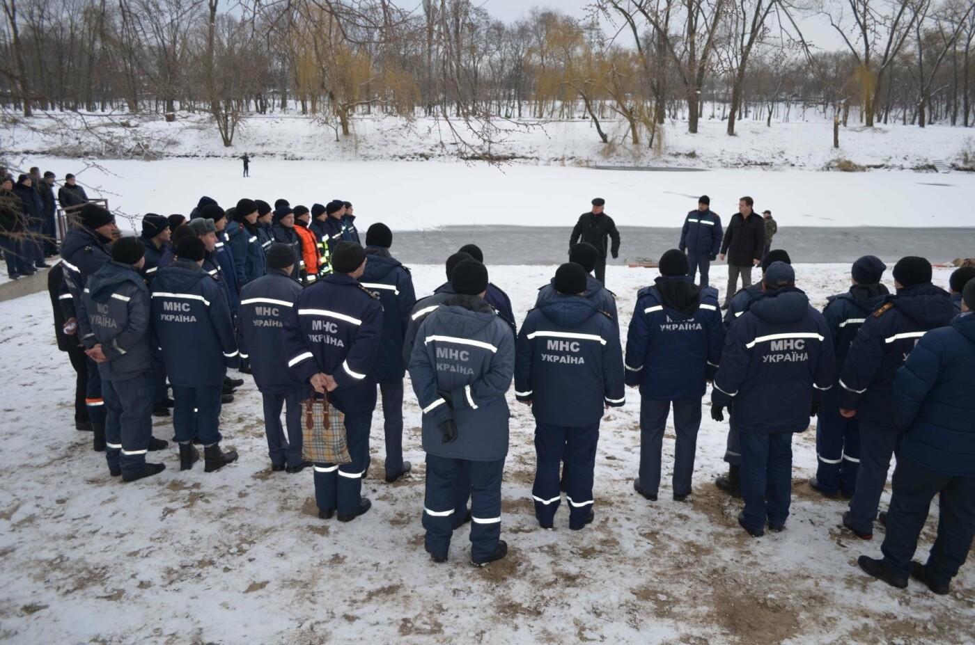 В Кривом Роге спасатели готовились к Крещению и учились доставать из ледяной воды утопающих (ФОТО), фото-4