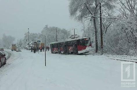Из-за снегопада в Кривом Роге сошел с рельсов трамвай (ФОТО), фото-3
