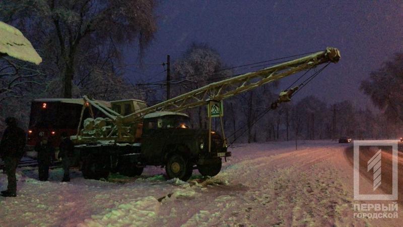 Из-за снегопада в Кривом Роге сошел с рельсов трамвай (ФОТО), фото-1