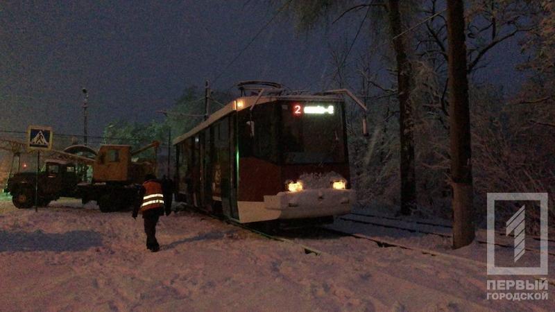 Из-за снегопада в Кривом Роге сошел с рельсов трамвай (ФОТО), фото-2